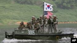 Marinos surcoreanos cruzan el río Nam Han donde un estadounidense fue descubierto al intentar nadar hacia Corea del Norte.