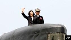 Tổng thống Thái Anh Văn vẫy tay từ một tàu ngầm của Đài Loan.