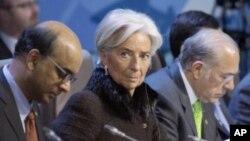 La directrice du Fonds monétaire international , Christine Lagarde, au centre, assiste à une réunion avec des minsitres des Finances de G-20 à Moscou, février 2016.