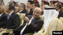 Yemen's President Abd-Rabbu Mansour Hadi (C) speaks with Gulf Cooperation Council (GCC) Secretary General Abdullatif al-Zayani during a ceremony in Sanaa November 19, 2012.
