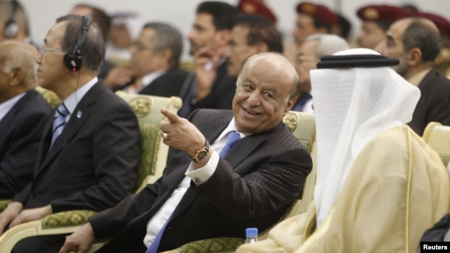 Yemen's President Abd-Rabbu Mansour Hadi (C) speaks with Gulf Cooperation Council (GCC) Secretary General Abdullatif al-Zayani during a ceremony in Sanaa November 19, 2012.