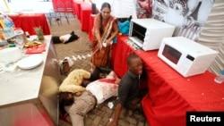 肯尼亞首都一座豪華購物中心受襲﹐現場受傷人士哭泣﹐等待救援。