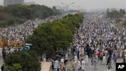 Para pendukung kelompok radikal Islam Pakistan, 'Jamiat Ulema-e-Islam', melakukan unjuk rasa anti-pemerintah di Islamabad (foto: ilustrasi).