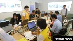 8일 서울 대한적십자사 이산가족찾기 신청소에서 관계자들이 분주히 업무를 보고 있다.