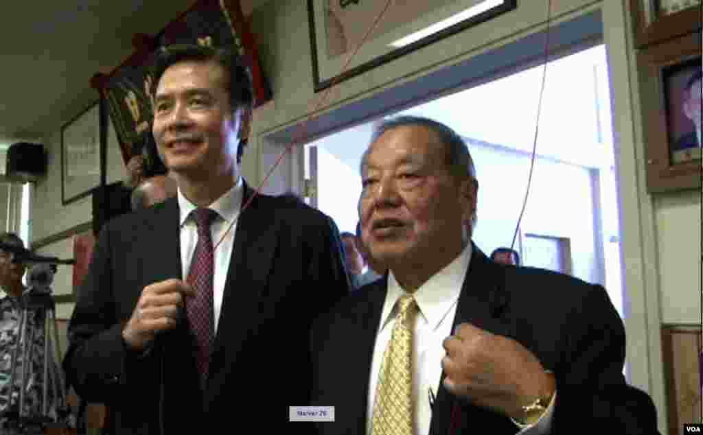 金溥聪和会馆主席马国威拉红绳揭开匾额(美国之音记者包小祥拍摄)