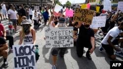 美国洛杉矶民众集会抗议非洲裔美国人乔治·弗洛依德在被警察拘捕时的死亡事件。(2020年6月1日)