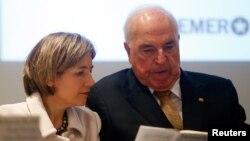 រូបឯកសារ៖ លោក Helmut Kohl និងភរិយារបស់លោក បង្ហាញសៀវភៅរបស់លោកដែលនិយាយពី«ការព្រួយបារម្ភអំពីសហភាពអឺរ៉ុប» នៅទីក្រុង Frankfurt ប្រទេសអាល្លឺម៉ង់ កាលពីឆ្នាំ២០១៤។