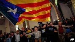 2017年12月21日星期四加泰罗尼亚独立支持者在加泰罗尼亚国民议会举行庆祝活动