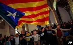 카탈루냐의 독립을 지지하는 시민단체 '카탈루냐국민의회(ANC)' 회원들이 바르셀로냐의 선거본부에서 지방선거 결과에 환호하고 있다.
