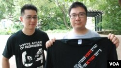 網絡電台主持人森麻(左)及辛比,展示紀念六四事件的T恤,呼籲香港各界人士自發悼念六四死難者(美國之音湯惠芸攝)