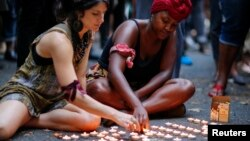 Des jeunes femmes participants à une veillée pour Michael Brown à Brooklyn dans l'Etat de New York (Reuters)