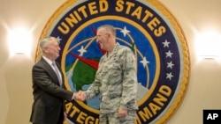 美國國防部長馬蒂斯和美國戰略司令部司令約翰·海騰在戰略司令部握手(2017年9月14日)