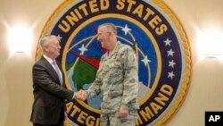 매티스 미국 국방장관(왼쪽)이 14일 네브라스카주의 미 전략사령부를 방문해 존 하이튼 사령관과 악수하고 있다.