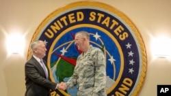 美国国防部长马蒂斯和美国战略司令部司令约翰·海腾( John E. Hyten)在战略司令部握手(2017年9月14日)
