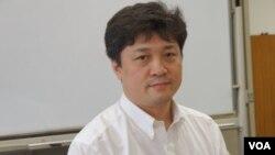东京大学教授、前防卫研究所主任研究员松田康博说日韩讨论签署军事情报互换协定因政治障碍不顺利。(美国之音歌篮拍摄)