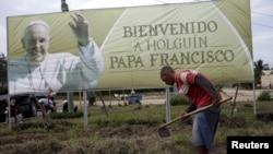 ہولگن میں پوپ کی آمد سے قبل ان کے خیر مقدم کے لیے ایک بینر آویزان۔ 20 ستمبر 2015