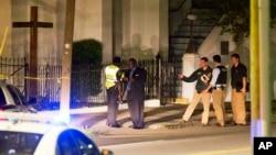 17일 밤 총격 사건이 발생한 미국 사우스캐롤라이나 주 이매뉴얼 아프리칸 감리교회에서 경찰이 사건 현장을 살피고 있다.