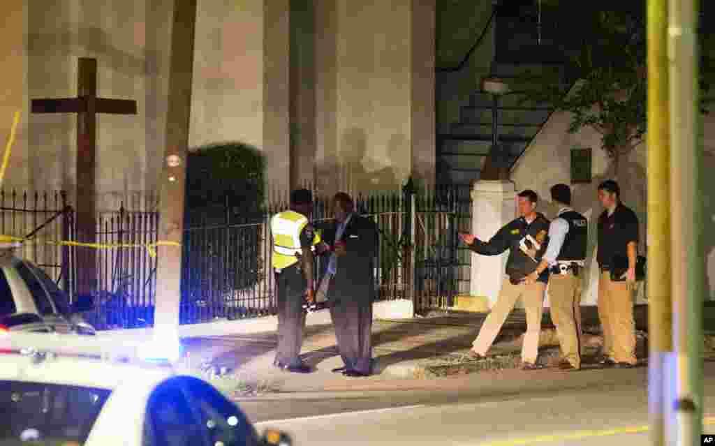 Policia à porta da Igreja Emanuel AME após o tiroteio ali registado (17 de Junho 2015)