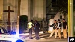 Polisi berjaga-jaga di luar Gereja Emanuel AME di Charleston, South Carolina, menyusul penembakan Rabu (17/6). (AP/David Goldman)