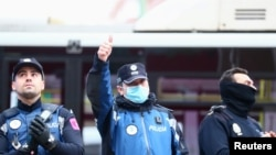 Службовці поліції у Мадриді підтримують медичних працівників аплодисментами 30 березня 2020 р.