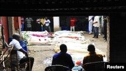 Des corps de victimes à Gatumba entourés de leurs proches (septembre 2011)