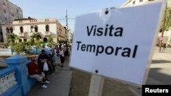 Cubanos hacen fila para tramitar su visa en la Sección de Intereses de EE.UU. en La Habana, Cuba.