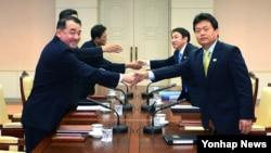 지난 7월 판문점 '평화의 집'에서 남북 실무접촉이 열려 북한의 인천 아시안게임 참여 문제를 논의했다. (자료사진)