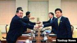 북한의 인천 아시안게임 참여 문제를 논의할 남북 실무접촉이 17일 판문점 '평화의 집'에서 열려 남북 대표단이 악수하고 있다.