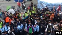 警方去年12月中清場金鐘佔領區拘捕靜坐人士(美國之音海彥拍攝)