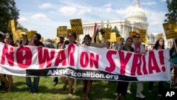 Para demonstran anti-perang melakukan unjuk rasa di Washington DC untuk menentang serangan AS ke Suriah (7/9).