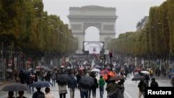 Peatones caminan por la avenida de los Campos Elíseos durante el Día sin Automóvil en París, 1 de octubre de 2017.