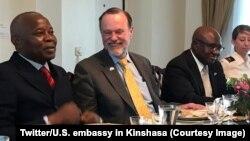 Sous-secrétaire d'Etat ya ekolo ya Amerika mpo na mambi ya Afrika, Peter Tibor Nagy, na kati kati, na directeur de cabinet ya président Félix Tshiskedi, (gauche), na Kinshasa, RDC, 14 mars 2019. (Twitter/Ambassade des Etats-Unis à Kinshasa