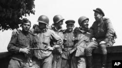 L'armée russe et les forces terrestres des troupes de l'armée américaine à Torgau, sur l'Elbe, au sud de Berlin, Allemagne le 27 avril 1945. (Photo AP)