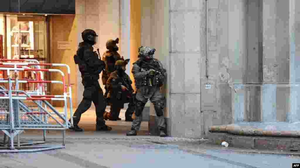 La police sur les lieux d'une fusillade à Munich, le 22 juillet 2016.