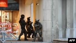 Cảnh sát bao vây ga tàu điện ngầm Karlsplatz ( Stachus ) gần một trung tâm mua sắm sau một vụ xả súng vào ngày 22 Tháng Bảy năm 2016 tại Munich.