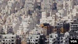 Pembangunan gedung baru bercampur dengan gedung lama di daerah Har Homa, sebuah daerah pemukiman kaum Yahudi di Yerusalam Timur yang menjadi sengketa Israel Palestina.