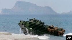 美菲2015年聯合軍演在面對黃岩島的灘頭練習搶灘