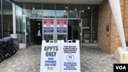资料照片:马里兰州在一家社区学院校园开设的大型新冠疫苗接种站的入口。(2021年4月12日)