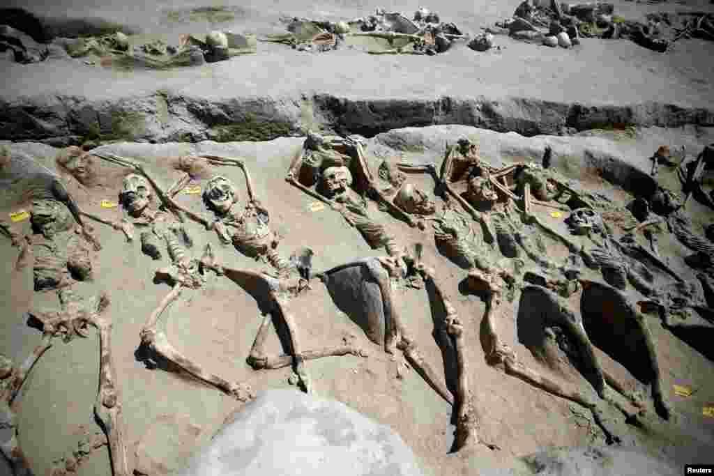 Sisa-sisa kerangka tubuh manusia yang diborgol pada pergelangan tangannya terbaring di tempat pemakaman kuno Falyron Delta di Athena, Yunani.