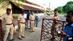 印度警察在关押雅库布·莫蒙的监狱外警戒。