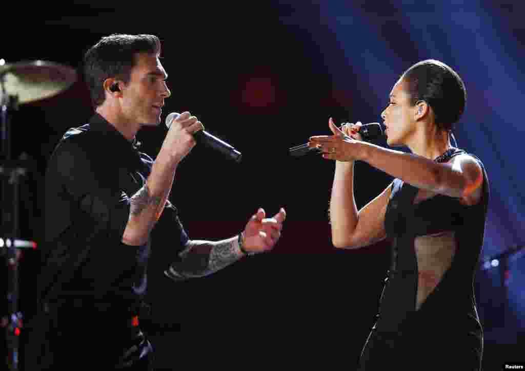 El cantante Adam Levine de Maroon 5,izquierda y Alicia Keys durante su actuación en la noche de los Grammy.