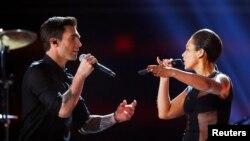 Penyanyi Maroon 5 Adam Levine dan Alicia Keys tampil dalam upacara pemberian anugerah musik Grammy Awards ke-55 di Los Angeles, California (10/2). (Foto: AP)