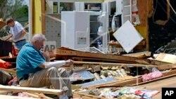 Nhà ông Charles Milam ở Tupelo, Mississippi bị tàn phá sau cơn lốc, 29/4/14