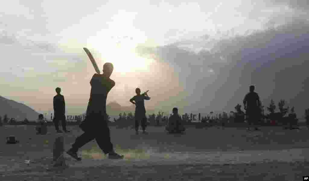 در حالیکه مسابقات جهانی کریکت به تازگی برگزار شده است، چند جوان افغان بدون امکانات در حال بازی هستند.