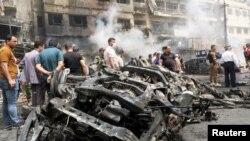 Мешканці Багдада збираються біля знищених вибухами автомобілів
