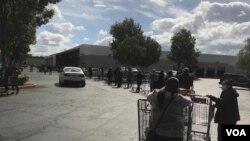 洛杉磯阿祖莎市的開市客店(Costco)因為疫情不得不限制顧客入內人數。