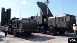 2014俄罗斯国防武器出口展上的S-400防空导弹系统(美国之音白桦 拍摄)