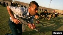 Relawan Syiah Irak melakukan latihan militer di Karbala untuk menghadapi militan Sunni (foto: dok).