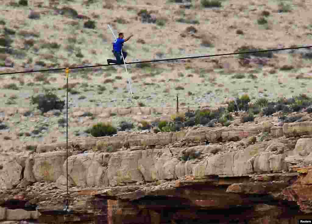 Nik Wallenda podignutim palcem pokazuje uspjeh dok se približava kraju svog opasnog prijelaza preko kanjona u blizini Grand Canyona.