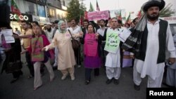 Para aktivis perdamaian AS dan Pakistan serta warga Pakistan di Islamabad, memrotes serangan pesawat tanpa awak AS terhadap permukiman warga sipil (foto: dok).